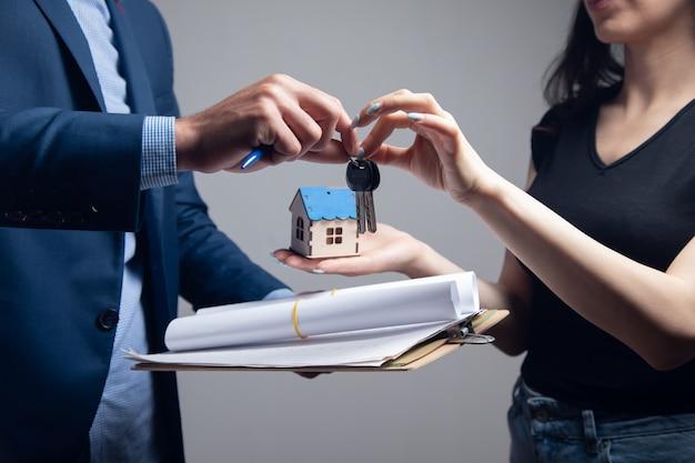 Pośrednik daje nowemu właścicielowi domu klucze