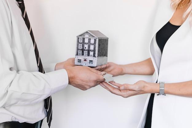 Pośrednik handlu nieruchomościami i klient robiący świetną ofertę