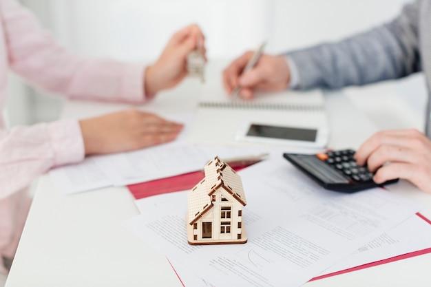 Pośrednik handlu nieruchomościami i klient w biurze