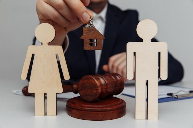 Pośrednik posiada klucze do domu dla młodej rodziny.