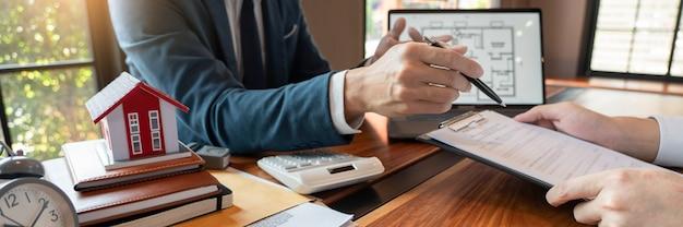 Pośrednik w obrocie nieruchomościami lub agent sprzedaży udzielający klientowi konsultacji na temat kupna znaku domu