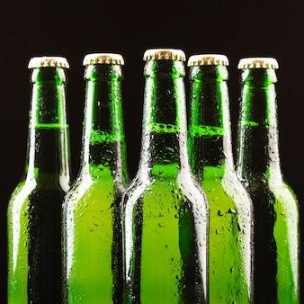 Pośrodku ustawiono szklane butelki piwa