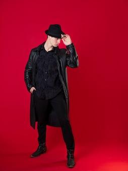 Postać fantastycznej powieści noir, młody poważny człowiek w czarnych ubraniach.