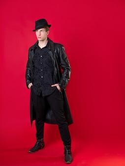Postać fantastycznej powieści noir młody poważny mężczyzna w czarnych ubraniach