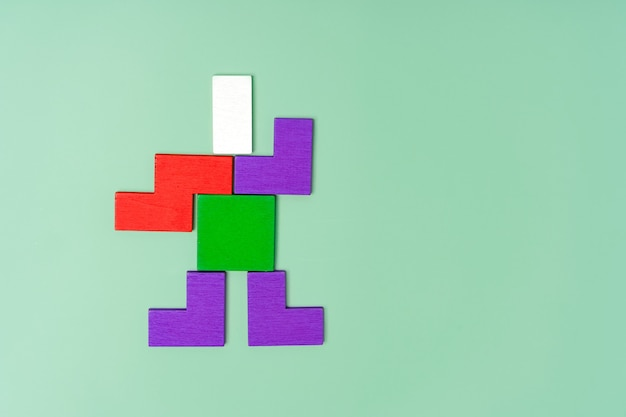 Postać mężczyzny z drewnianych kolorowych klocków koncepcja dziecięcej kreatywności