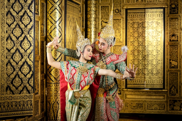 Postać phra i nang tańczą w tajskim przedstawieniu pantomimy.