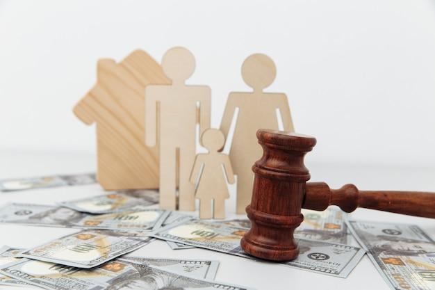 Postać rodziny z młotkiem sędziowskim i domem. prawo rodzinne.