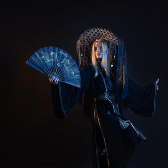 Postać w stylu azjatyckim w kimonie i słomkowym kapeluszu ze wstążkami