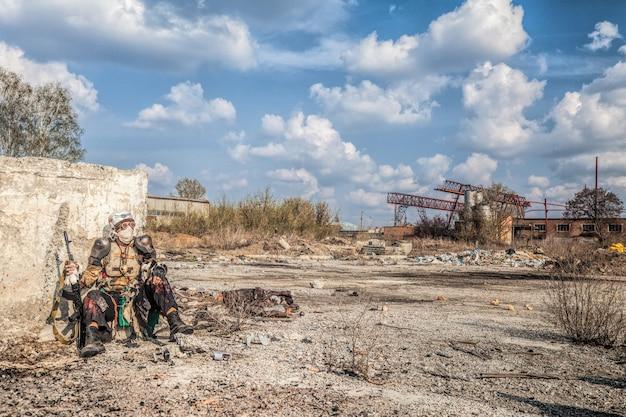 Postapokaliptyczna istota ocalała z bronią domowej roboty