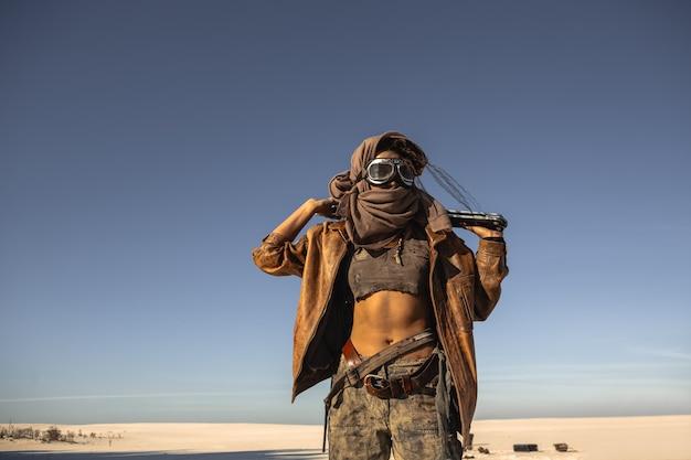 Postapokaliptyczna kobieta wojownik na zewnątrz na pustkowiu