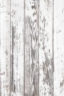 Postarzana biała boazeria z popękaną i łuszczącą się farbą