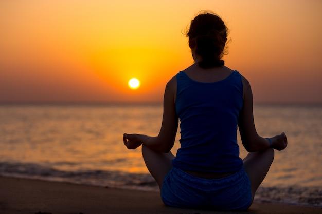 Postawa jogi w sukhasanie