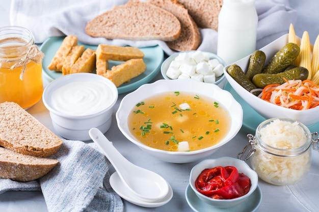 Postbiotyki - metabolity i składniki ściany komórkowej z probiotyków, żywność funkcjonalna. tempeh, kombucha, kapusta kiszona, pikle, kefir, jogurt, zupa miso, ser miękki, chleb na zakwasie