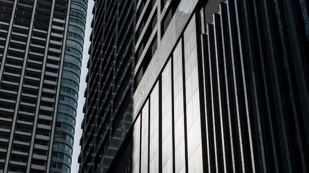 Postmodernistyczne budynki biurowe ze szklaną fasadą