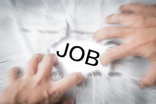 Poszukiwanie pracy na tle gazety