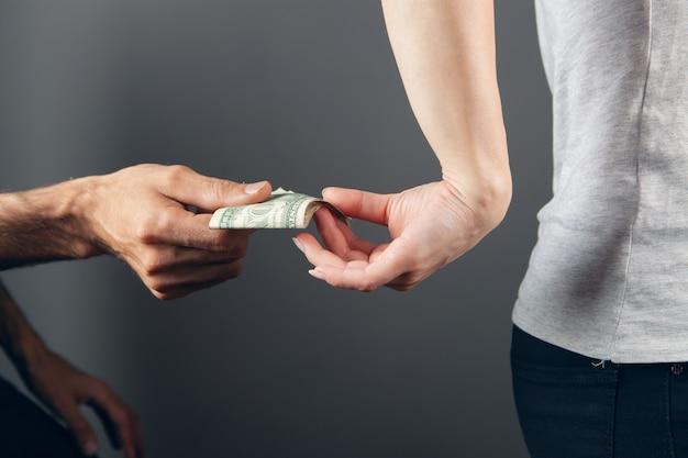 Potajemnie od tyłu daje pieniądze