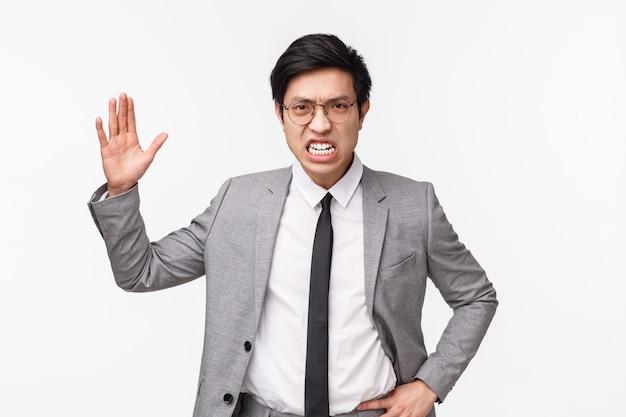 Potęga wściekłego, oburzonego azjatyckiego biznesmena zbeształ pracowników