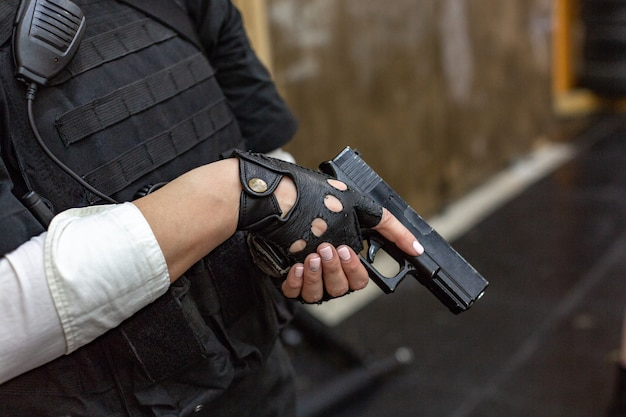 Potężna kobieta trzyma pistolet. styl filmu akcji wojennej