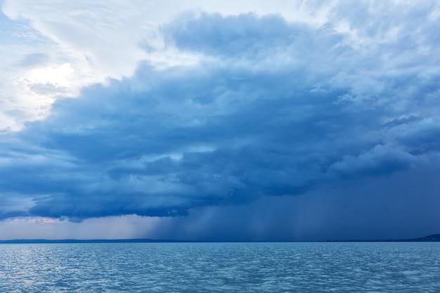 Potężne chmury burzowe nad jeziorem