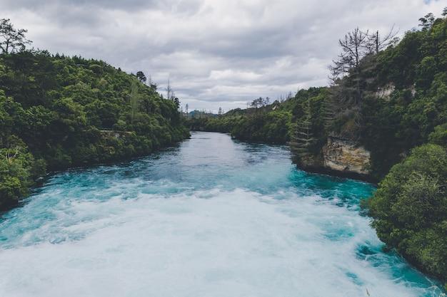 Potężny przepływ rzeki w huka spada w taupo w nowej zelandii