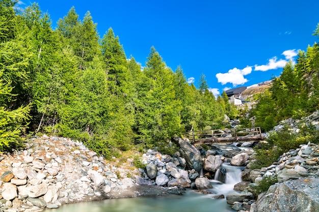 Potok findelbach w alpach pennińskich w pobliżu gornergrat w szwajcarii