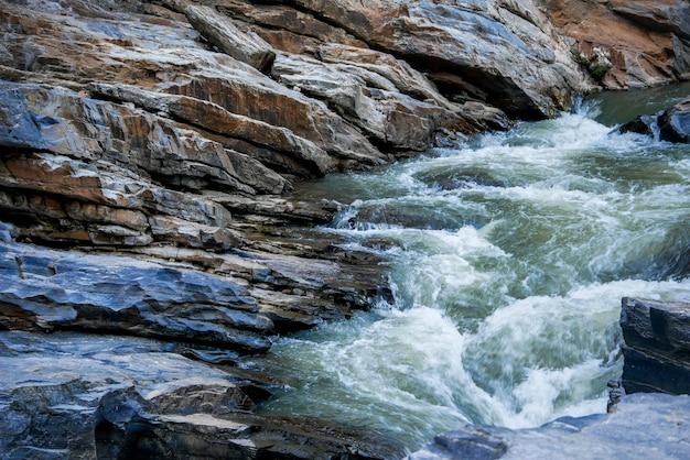 Potok przepływający przez skały