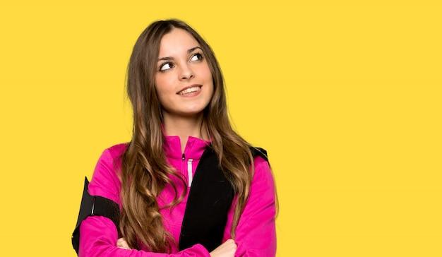 Potomstwa bawją się kobiety przyglądającej up podczas gdy ono uśmiecha się nad odosobnionym kolorem żółtym