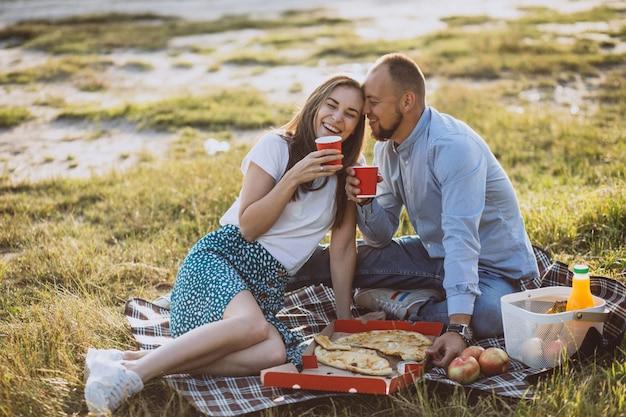Potomstwa dobierają się mieć pinkin z pizzą w parku