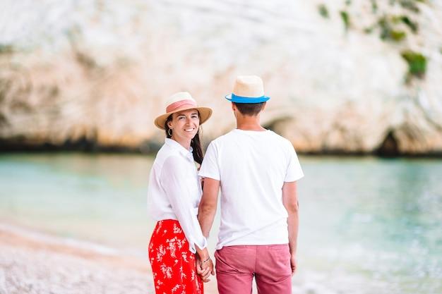Potomstwa dobierają się na biel plaży podczas wakacje.