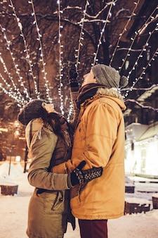 Potomstwa dobierają się odprowadzenie w zimy centrum miasta pod wakacyjnym iluminacją