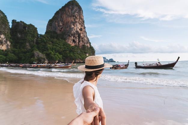 Potomstwa dobierają się podróżnika cieszy się wakacje przy tropikalną piasek plażą w krabi, tajlandia