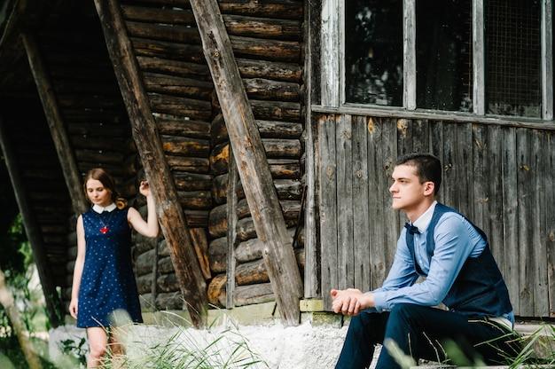 Potomstwa dobierają się pozycję blisko starego drewnianego stylowego domu
