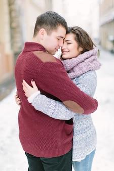 Potomstwa dobierają się przytulenie i całowanie w centrum miasta w zimie. rodzinna miłość, . lwów, ukraina