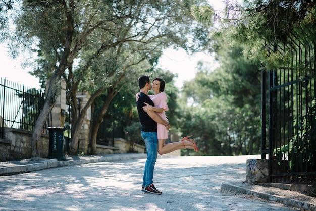 Potomstwa dobierają się przytulenie i flirtować w parkowym spotkaniu po rozdzielenia.