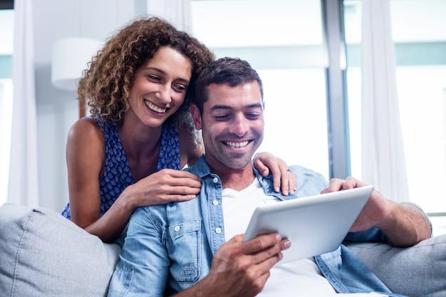 Potomstwa dobierają się używać cyfrową pastylkę na kanapie