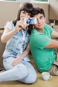 Potomstwa dobierają się używać telefon komórkowego w ich nowym domu