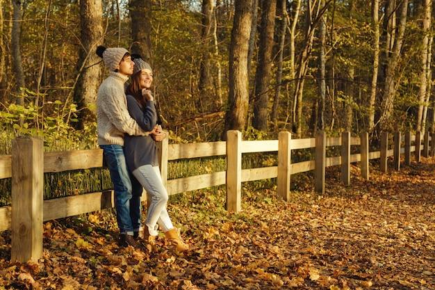 Potomstwa dobierają się w parku przy pogodnym jesień dniem