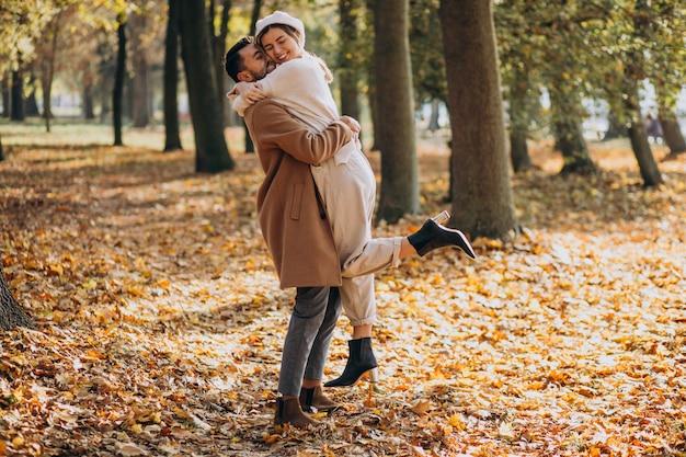 Potomstwa dobierają się wpólnie w jesień parku