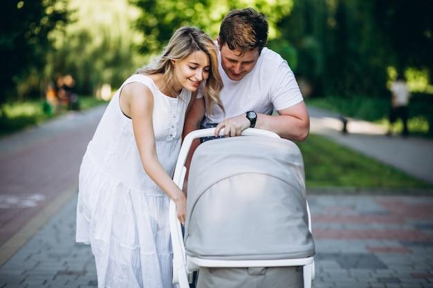 Potomstwa dobierają się z ich dziecko córką w parku