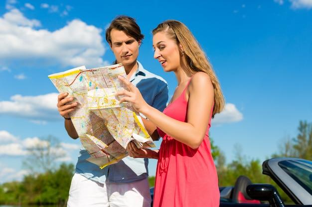 Potomstwa dobierają się z kabrioletem w lecie na jednodniowej wycieczce