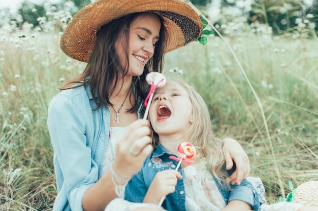 Potomstwa matka i córka na zielonej trawie