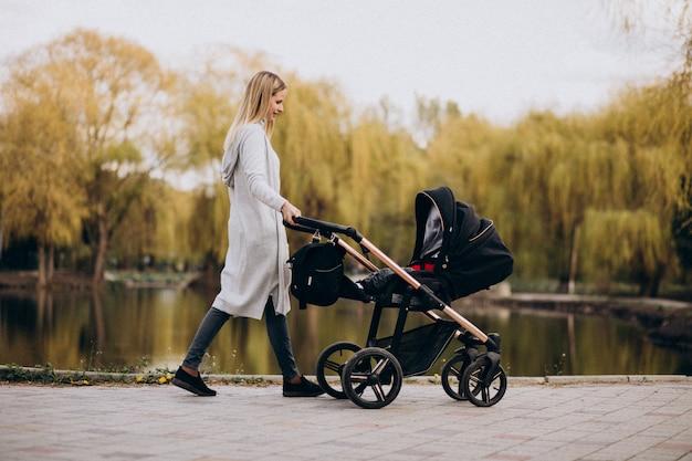 Potomstwa matkują odprowadzenie z dziecko frachtem w parku