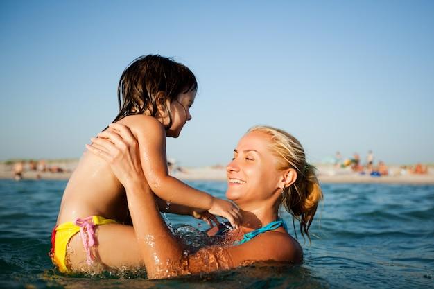 Potomstwa matkują pozycję w wodzie i pomagać pływać jej małej córki