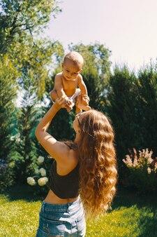 Potomstwa matkują robić dziecka joga dla jej syna