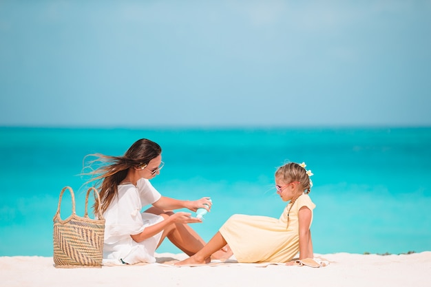 Potomstwa matkują stosować słońce krem do córka nos na plaży. ochrona przed słońcem