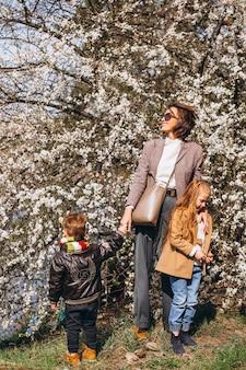 Potomstwa matkują z córką i synem w lesie