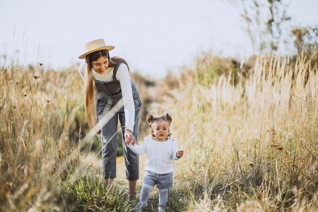 Potomstwa matkują z jej małą córką w jesieni polu