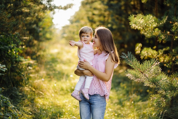 Potomstwa matkują z jej uroczym małym dzieckiem w lesie