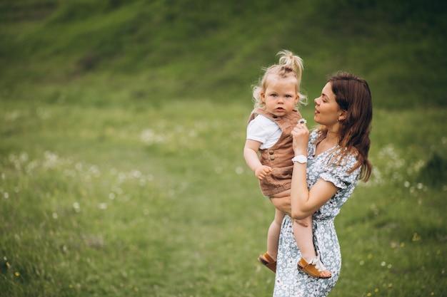 Potomstwa matkują z małą córką w parku