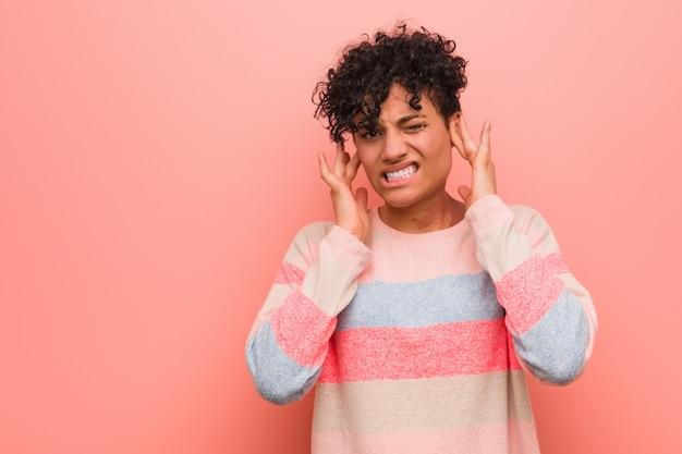 Potomstwa mieszali amerykanina afrykańskiego pochodzenia nastolatka kobiety nakrywkowych ucho z rękami.